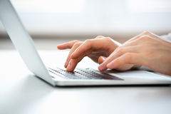 键入在膝上型计算机的商人的手 免版税库存照片