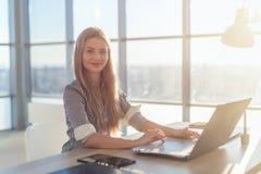 键入在膝上型计算机的女实业家在工作在家庭办公室手键盘的工作场所妇女 库存照片