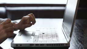 键入在膝上型计算机的女性博客作者,写出版物,支票账户统计 股票视频