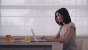 键入在膝上型计算机的妇女早晨 股票录像