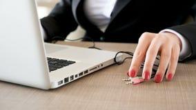 键入在膝上型计算机的妇女然后塞住绳子在计算机 股票视频