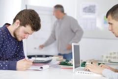 键入在膝上型计算机的小组青年人 免版税图库摄影