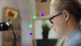 键入在膝上型计算机的年轻女人文本 股票录像