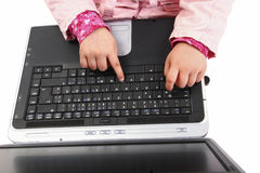 键入在膝上型计算机的手特写镜头 免版税库存照片