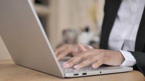 键入在膝上型计算机的非洲女实业家手 股票视频