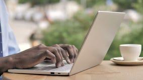 键入在膝上型计算机的非洲手 影视素材