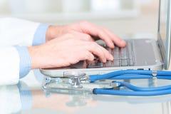 键入在膝上型计算机的医生 免版税图库摄影
