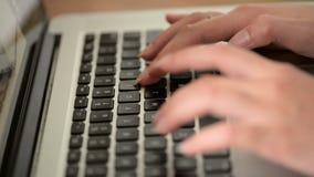 键入在膝上型计算机键盘的一个少妇的特写镜头 影视素材