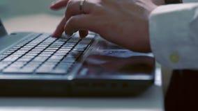 键入在膝上型计算机键盘的商人 股票视频