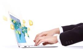 键入在膝上型计算机键盘的女商人手特写镜头  免版税库存图片