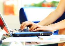 键入在膝上型计算机键盘的女性学习者 库存照片
