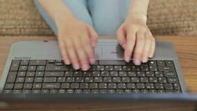 键入在膝上型计算机键盘的手 股票录像