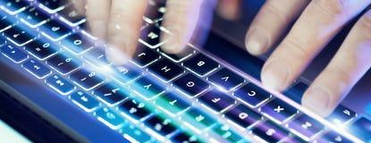 键入在膝上型计算机键盘的男性手特写镜头在办公室 视觉效果,火光 宽 免版税库存图片