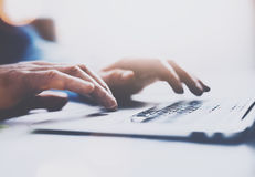 键入在膝上型计算机键盘的男性手特写镜头视图  被弄脏的背景,水平 在手上的选择聚焦 免版税库存图片