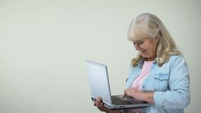 键入在膝上型计算机陈列翘拇指,退休人员的计算机文化的年迈的夫人 影视素材