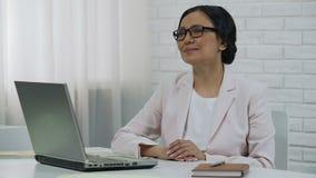 键入在膝上型计算机,开始的起动,成功的项目的亚裔企业夫人 股票视频