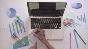 键入在计算机上和写新的项目的妇女在笔记本开始  影视素材