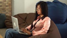 键入在计算机上的亚裔妇女 股票录像