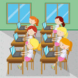 键入在计算机上的六个女孩 库存图片
