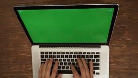 键入在计算机上的男性手greenscreen 影视素材
