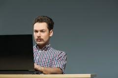 键入在计算机的作者 免版税图库摄影