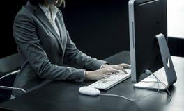 键入在计算机的女实业家 库存图片