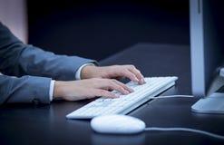 键入在计算机的女实业家 免版税库存图片
