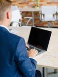 键入在轻的背景的一台数字式膝上型计算机的特写镜头人 有用的电子概念 库存照片