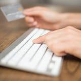 键入在键盘和拿着onl的信用卡 免版税库存图片