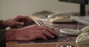 键入在键盘和接触老鼠的男性手