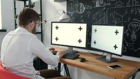键入在键盘和看绿色屏幕20s 4k的白种人工作者 股票视频