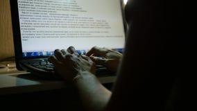 键入在键盘在晚上 免版税库存照片