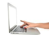 键入在键盘有空白的白色空间的计算机膝上型计算机的手 免版税库存图片