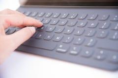键入在键盘特写镜头 免版税库存照片