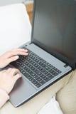 键入在键盘的买卖人 免版税库存照片