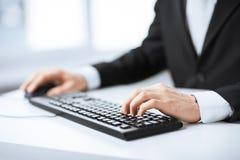 键入在键盘的人手 免版税库存照片