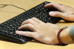 键入在键盘的人手 免版税图库摄影