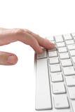 键入在键盘的人 免版税库存图片