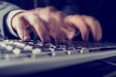 键入在键盘的商人的减速火箭的图象 免版税图库摄影