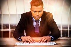 键入在键盘的商人的综合图象在书桌 库存图片