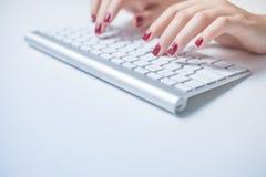 键入在键盘的女商人手特写镜头  免版税库存图片