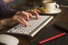 键入在键盘的女性办公室工作者 工作 免版税库存照片