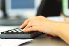 键入在键盘的女性学习者 免版税库存照片