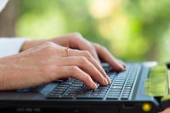键入在键盘的女性手特写镜头  免版税库存照片