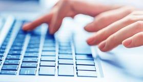 键入在键盘的女性手特写镜头  免版税库存图片