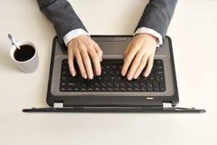 键入在键盘的女性手 免版税库存照片