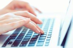 键入在键盘的女性手 库存图片