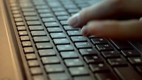 键入在键盘的妇女的手 股票录像