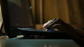 键入在键盘的手指 免版税库存图片