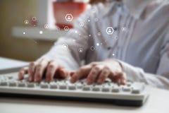 键入在键盘的手特写镜头  免版税图库摄影